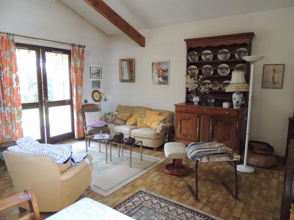 Villeneuve Sur Lot , dans un quartier calme, agréable maison d'environ 100,2 m2 avec garage et jardin.   La maison comprend de plain-pied : une entrée, un salon séjour, une cuisine, un cellier, une salle de bains, un WC indépendant et trois chambres dont