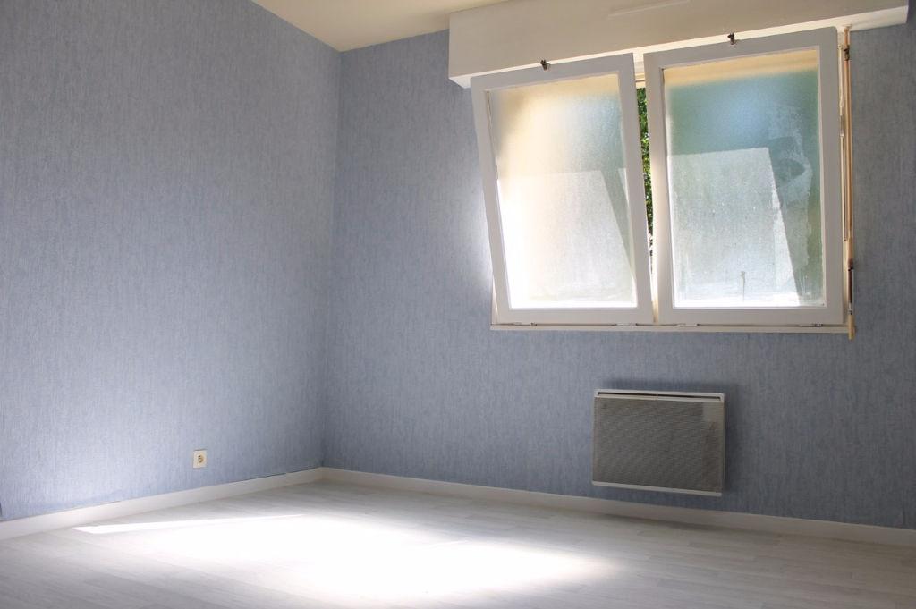 A Villeneuve sur Lot, proche centre ville à pied, appartement en Rez de chaussée d'environ 28,20 m2 avec 1 chambre indépendante. Appartement loué actuellement 350 € par mois.
