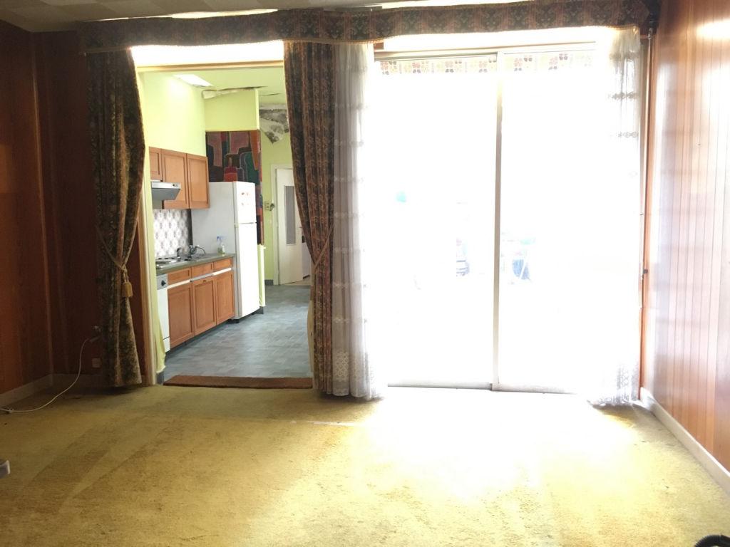 Villeneuve sur Lot, au coeur de la bastide, vous serez étonnés par cette maison à rénover, bourrée de charme avec son patio en rez-de-chaussée donnant sur la cuisine et sur le séjour par une grande baie vitrée et par sa terrasse au 1er étage, accessible d