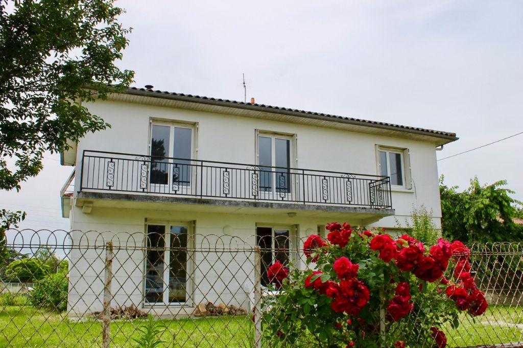 Dans un quartier calme de VILLENEUVE SUR LOT rive droite, maison sur sous-sol de 108,95 m2 avec 4 chambres, vie en RDC et  jardin de 509 m2. Belles prestations : Doubles vitrages, chaudière neuve, isolation toit et murs extérieurs récente, réseau informat