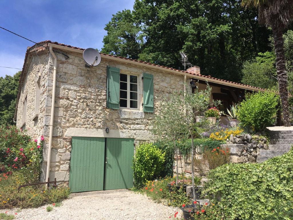 A 10 mn  à l'ouest de Villeneuve sur Lot, vous serez charmés par cette maison en pierres avec une vue dominante à l'ouest. Vous pourrez bénéficier d'un jardin arboré et fleuri, très harmonieux de 8225 m2 et de jolies dépendances en pierres.
