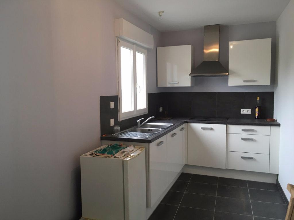 Laparade, à 5 mn de Castelmoron sur Lot et de ses commodités, appartement de plain pied de 52 m2  avec cuisine équipée, séjour avec balcon donnant sur vue superbe, 1 chambre, salle d'eau.