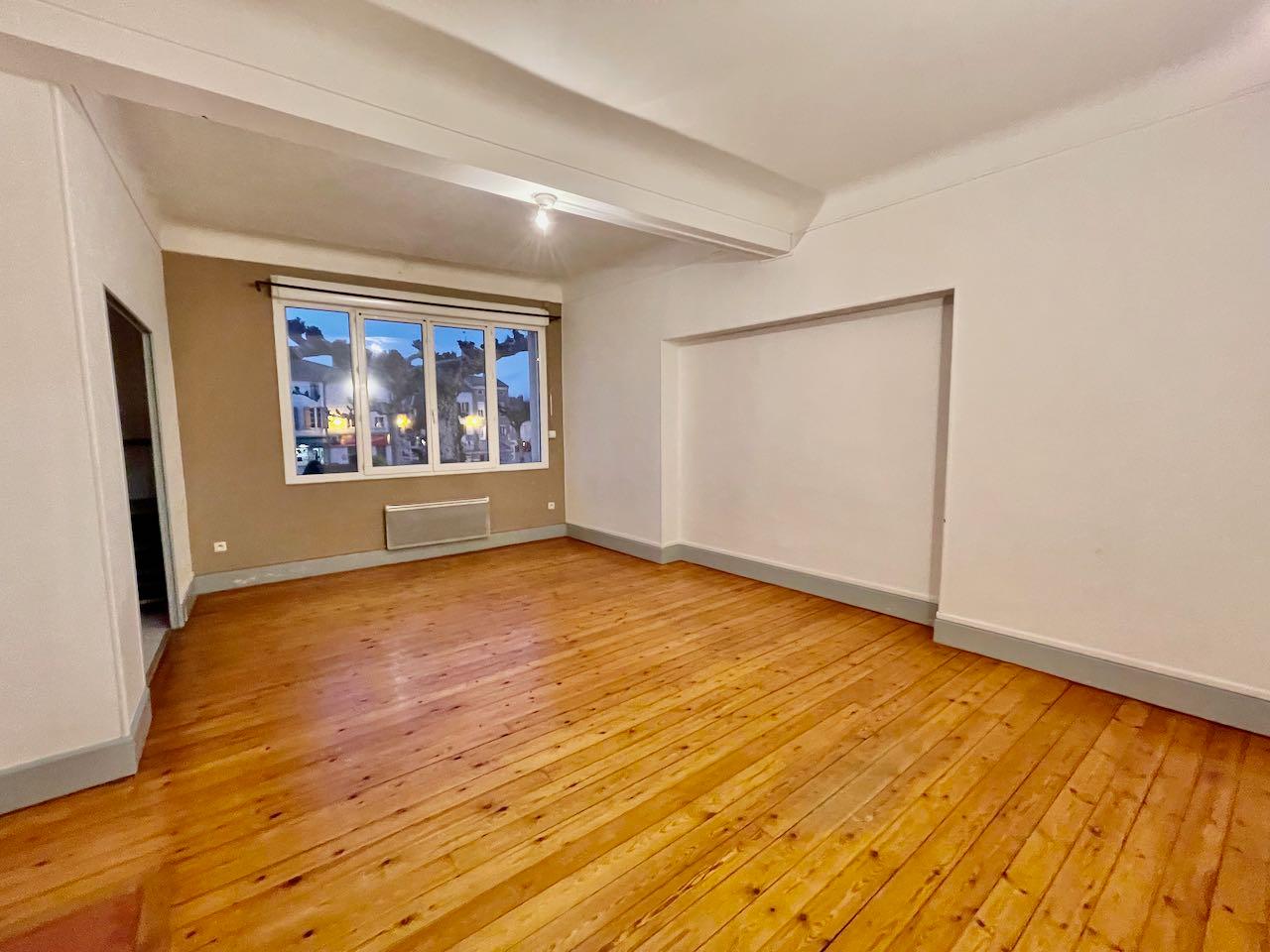 Castelmoron sur Lot, Grand appartement T4 de 103 m2 offrant grande pièce vie coin cuisine, 1 chambre, salle de bains. A l'étage 2 chambres dont une avec accès terrasse couverte. Nombreux rangements.
