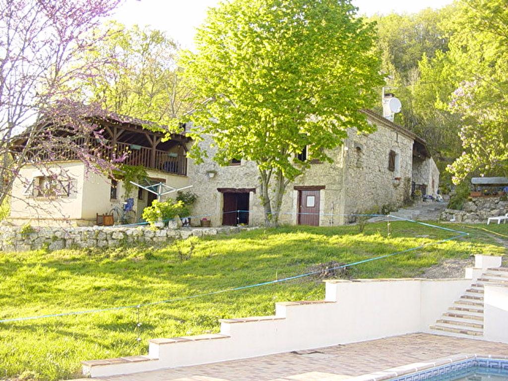 Dans un petit coin de paradis, à 5 min de pujols, charmante maison en pierres avec vue dominante, exposé plein sud, 116 m2 habitables sur beau terrain d'environ 2.5 hectares. Piscine avec grande terrasse Au calme, aucun vis à vis
