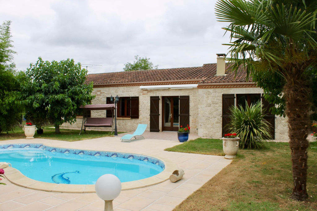 A Bias, proche du centre ville de Villeneuve sur Lot mais avec tous les avantages de la campagne, plain pied de 2001 d'environ 122 m2 habitable avec 3 chambres et un bureau , 2 salles d'eau. On aime particulièrement : - la piscine et sa terrasse couverte