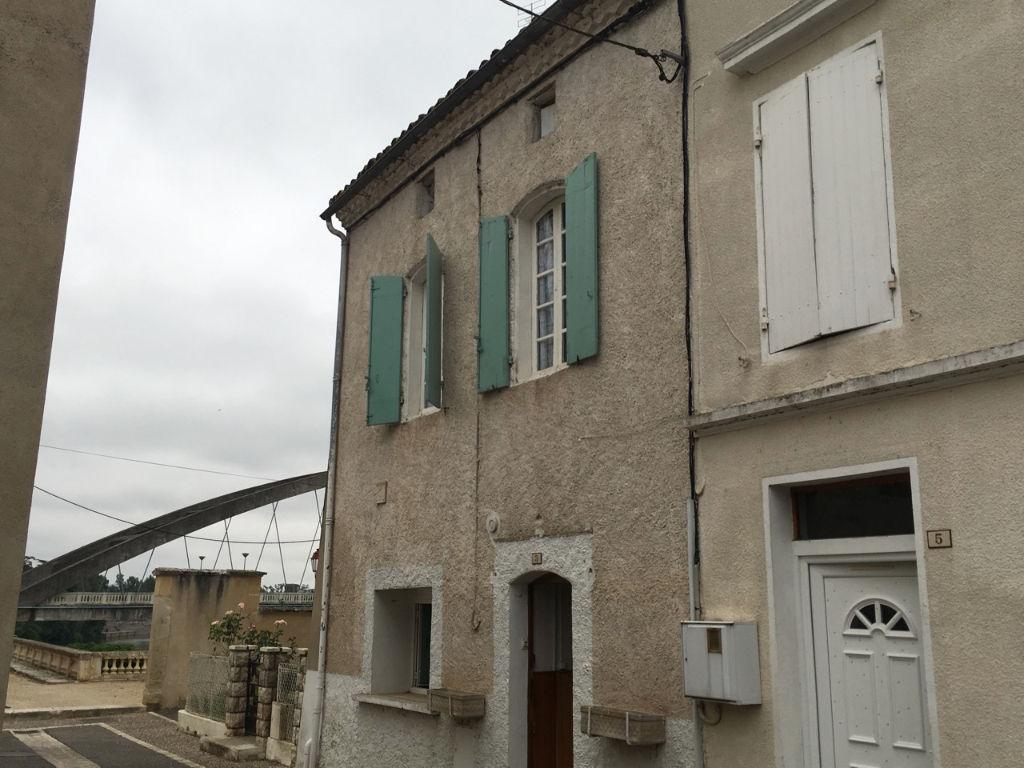 Castelmoron, dans quartier tranquille, proche de la Mairie, et proche du Lot, maison à rénover offrant une surface totale de 102,14 m2.