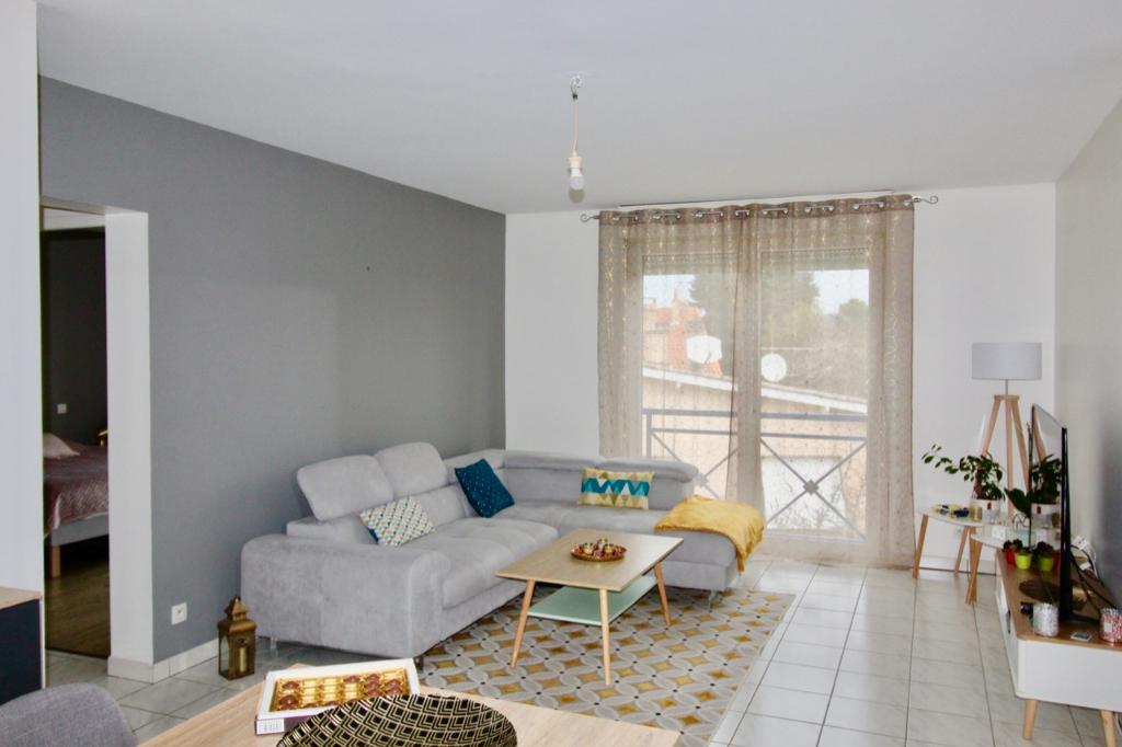 A Villeneuve sur Lot, dans une résidence calme. Appartement T2 entièrement repeint avec place de parking.   Au 2ème et dernier étage, appartement d'environ 63,83 m2 comprenant une entrée, une grande pièce de vie, une cuisine avec placards, une chambre ave