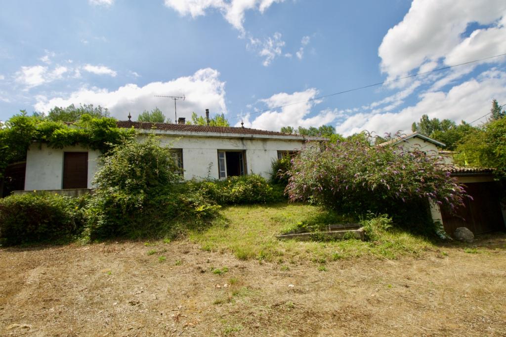 Castelmoron sur Lot,  à l'orée du village, dans un quartier calme, cette maison vous surprendra par son jardin bucolique  (1820 m2) et retiré à deux minutes des commodités et des écoles. La maison, bâtie dans les années 50 et agrandie dans les années 90 p