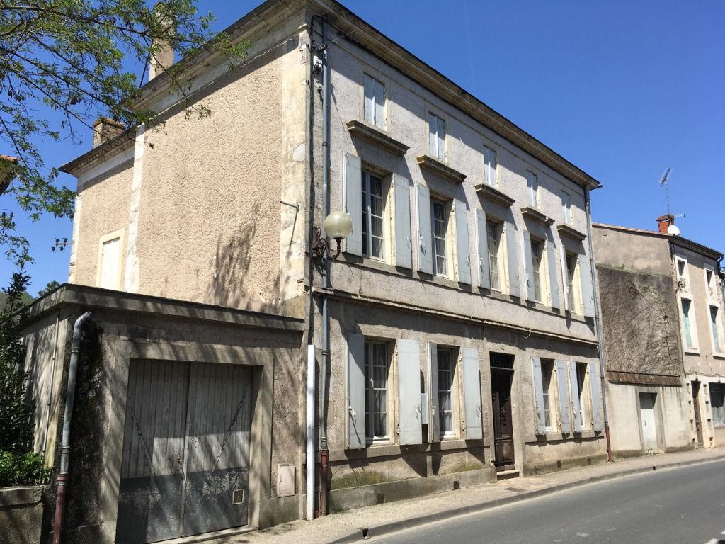 Castelmoron sur Lot, à 20 minutes de Villeneuve sur Lot, maison  bourgeoise de 304 m2 habitables comprenant 10 pièces et 7 chambres et avec jardin et garage. Beaucoup de caractère et d'espace! Maison habitable en l'état.