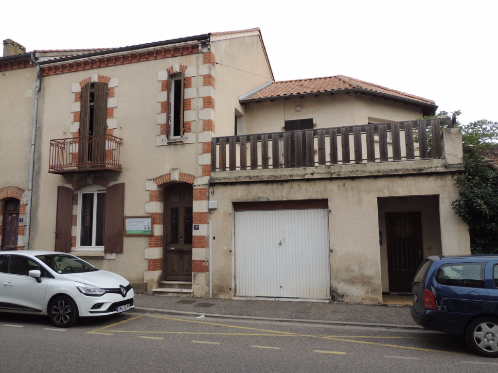 VILLENEUVE SUR LOT, rive droite, maison de 4 pièces sur deux niveaux   avec garage et jardin d'environ 794 m2.   La maison, d'une surface d'environ 110,62 m2, comprend en RDC : une entrée, un salon et une cuisine. A l'étage un palier distribuant trois cha
