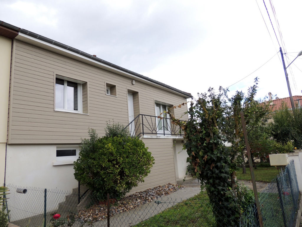 VILLENEUVE SUR LOT, dans une impasse, maison de 4 pièces d'environ 89,21 m2 avec un jardin de 373 m2.   La maison comprend au 1er étage : une entrée, une cuisine  équipée, une salle à manger, un salon, deux chambres dont une avec placard, une salle d'eau