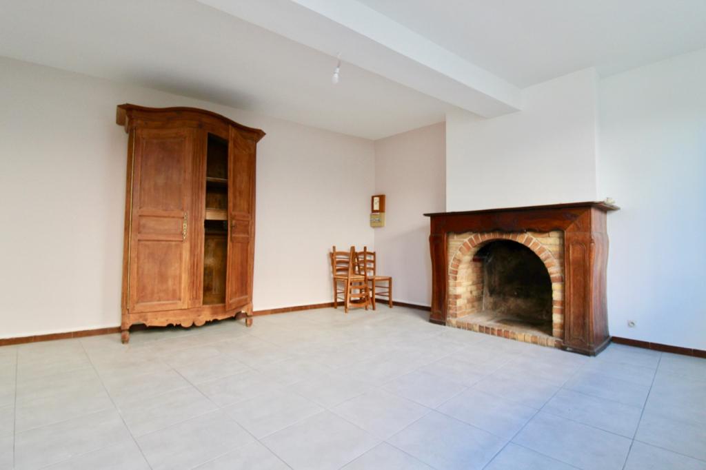 Castelmoron Sur Lot , studio meublé en rez-de-chaussée avec jardin.  Situé au rez-de-chaussée d'un petit immeuble tranquille, ce studio meublé de 28 m2  avec son petit jardinet  vous séduira par  son calme.  Cuisine séparée de la pièce de vie, salle d'eau