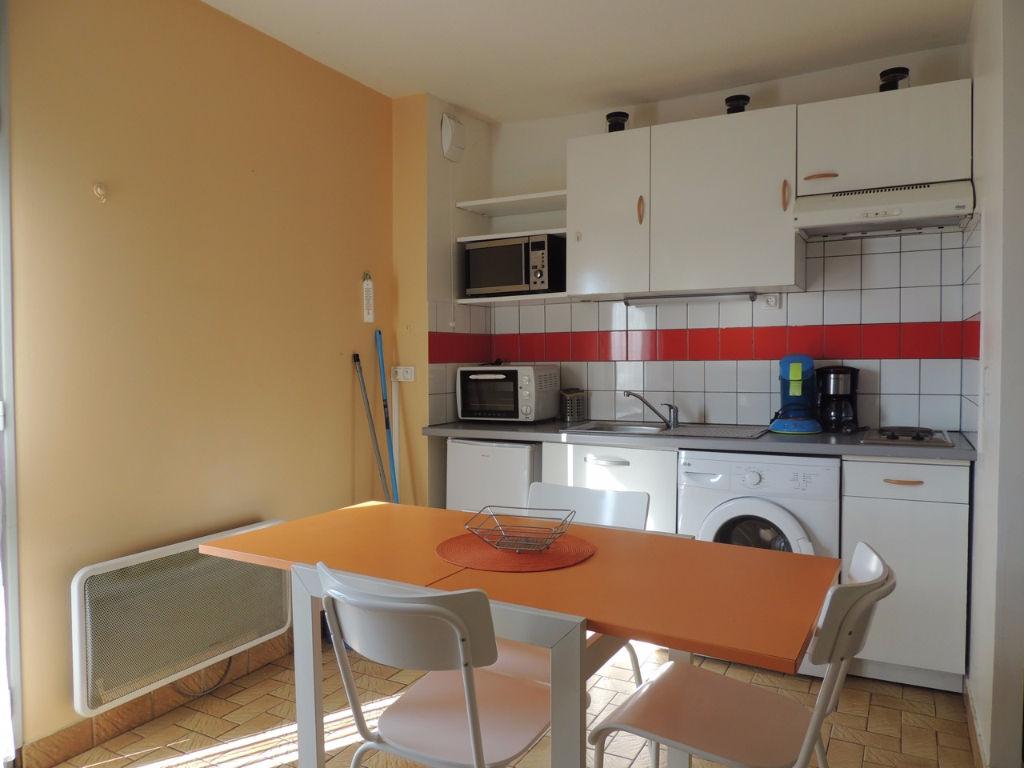 Villeneuve Sur Lot , en plein quartier d'Eysses, dans une résidence avec parking privatif.   Agréable appartement de type 2 entièrement meublé d'environ 36,59 m2 comprenant une pièce de vie avec coin cuisine, une chambre et une sale de bains avec WC.   Ch