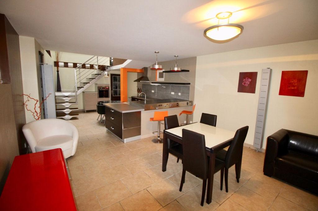 Entre Monflanquin et VIlleneuve-Sur-Lot, maison type loft d'environ 117,15 m2  avec troic chambres, terrasse et garage.   Dans le village de la Sauvetat-Sur-Lède, vous adorerez l'esprit de cette maison comprenant  en rez-de-chaussée : une pièce de vie ave