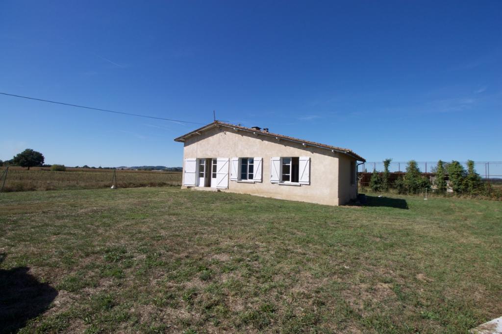 Sainte Livrade, côté Villeneuve sur Lot, en campagne, au calme, maison de plain pied à rénover d'environ 71,77 m2 avec 3 chambres, sur un terrain de 1502 m2 au milieu des vergers.