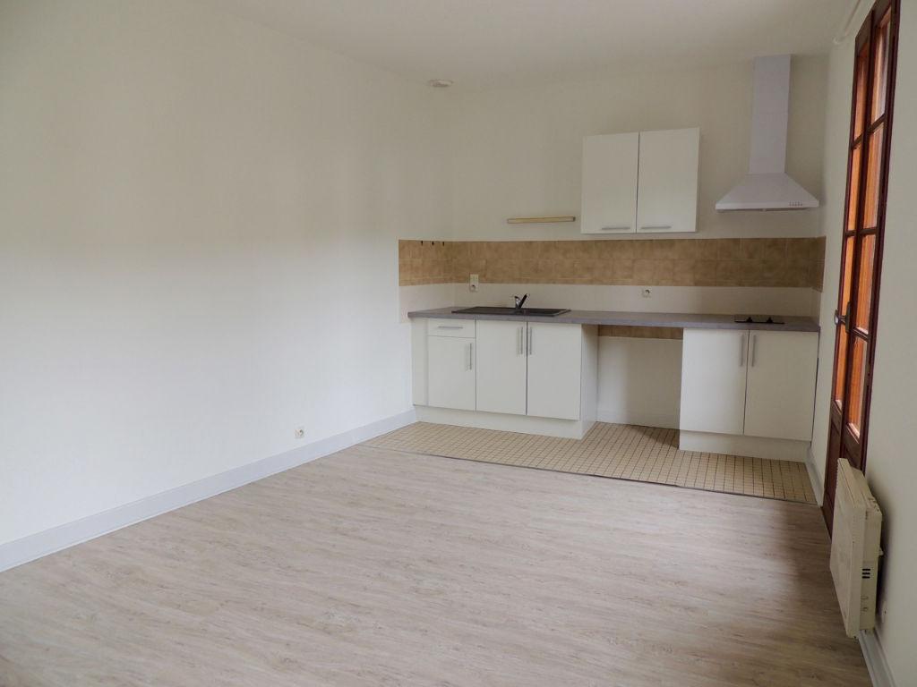 CASTELMORON SUR LOT, appartement T2  d'environ 30,95 m2 entièrement refait à neuf avec cuisine équipée.  Situé au 1er étage d'un petit immeuble au calme, appartement comprenant : un salon séjour avec coin cuisine équipée, une chambre, une salle d'eau et u