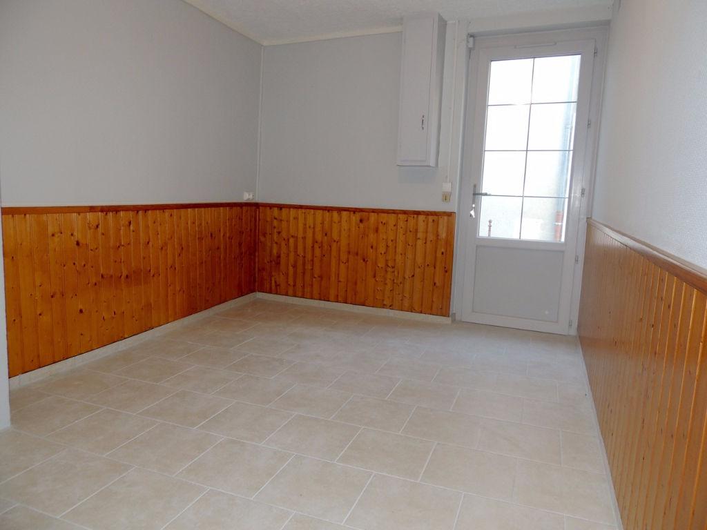 Castelmoron Sur Lot, maison de village F2 d'environ 44,88 m2 avec garage et cour.   Cette maison a été entièrement rénové et comprend en rez-de-chaussée : un salon et une cuisine indépendant. A l'étage une chambre et un une salle d'eau avec WC.   Double v