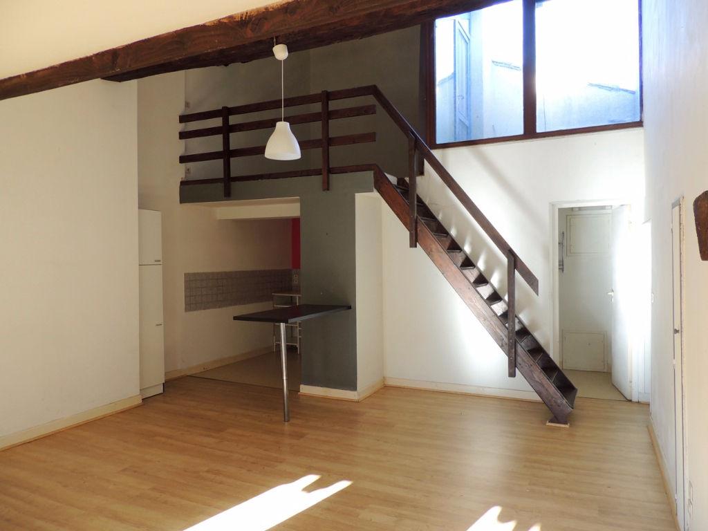Dans la bastide de Monflanquin, appartement de type 2 avec terrasse.   Dans un petit immeuble calme, agréable appartement T2 d'environ 47,76 m2 comprenant une pièce de vie avec un coin cuisine, une salle de bains avec WC et une chambre en mezzanine. Agréa
