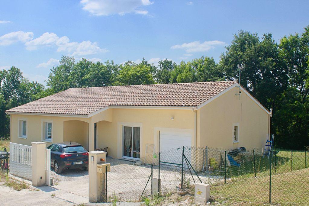 Dans un secteur calme, à moins de 10 minutes de Villeneuve sur Lot, cette maison d'environ 132 m2, entièrement de plain pied, construite en 2013, vous offre un salon-séjour de 45 m2 ouvrant sur une terrasse, une cuisine équipée ouverte,  3 chambres avec p