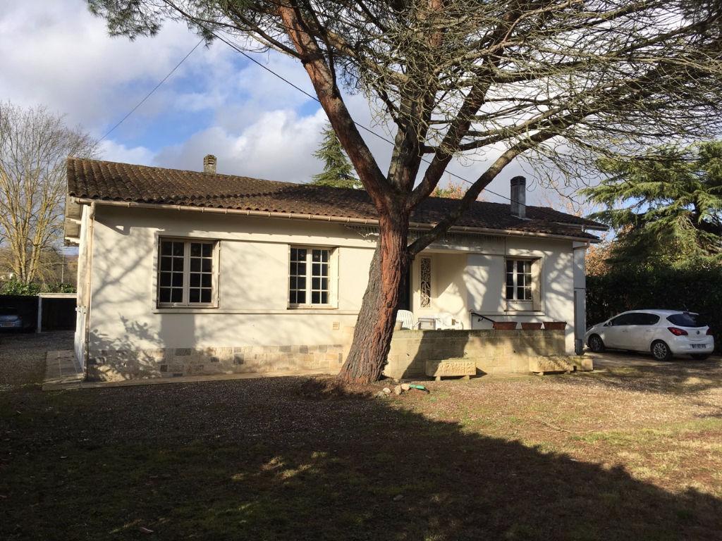 Castelmoron sur Lot, maison de plain pied de 113 m2 avec 3 chambres avec un jardin arboré de 1530 m2 environ