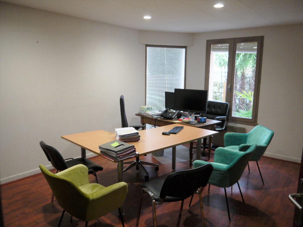 Castelmoron sur Lot, immeuble à usage professionnel d'environ 162 m2,  composé de bureaux, actuellement aménagé pour accueillir 9 postes informatiques indépendants, en réseau.