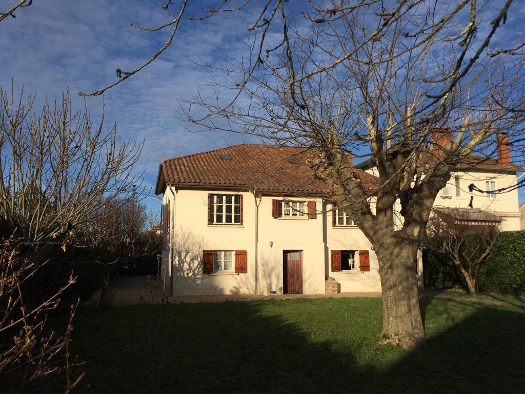 Villeneuve sur Lot, maison des années 30 d'environ 220 m2 en très bon état avec un grand jardin de 975 m2, proche des commodités