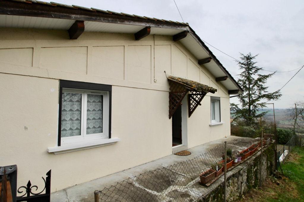 Monclar, maison située sur le tour de village bénéficiant d'une vue panoramique sur la campagne environnante. Parmi ses nombreux atouts: - une vue toiture refaite en 2010 avec isolation en laine de verre 20cm datant de  2010,  - une isolation des murs par
