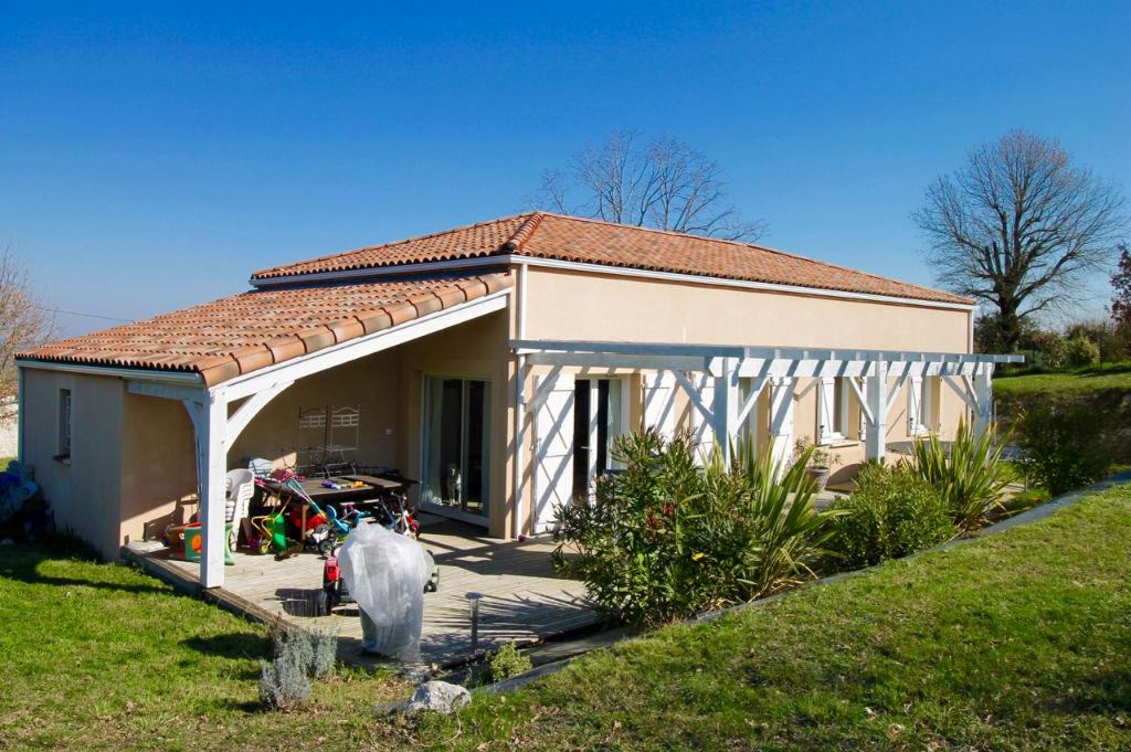 A 5 mn de Villeneuve sur les coteaux, maison de plain pied rénovée avec goût  sur 1800 m2 de terrain au calme. A l'intérieur, tournée vers le sud, une belle pièce de vie d'environ 48,29 m2 avec cuisine américaine équipée, un cellier, 3 chambres , salle de