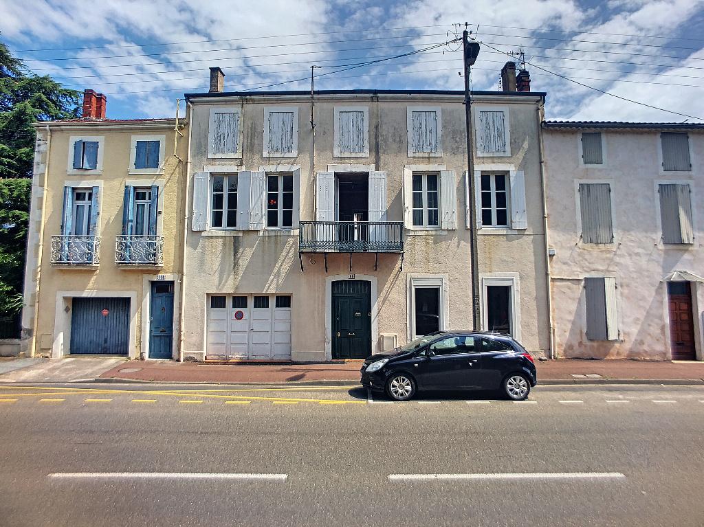 Villeneuve sur Lot, quartier d'Eysses,  vous apprécierez le caractère de cette grande maison de ville en pierres,  de 191 m2 habitables avec son jardin de 548 m2 et son garage. La maison est dans un quartier tranquille proche des commodités, le centre vil