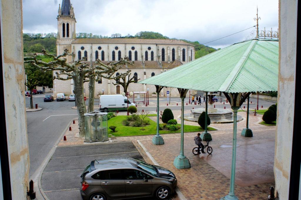 Investisseur, bel immeuble rénové à neuf en 2016 à vendre à Castelmoron Sur Lot comprenant 3 lots. Revenu annuel  de 13 633 €.