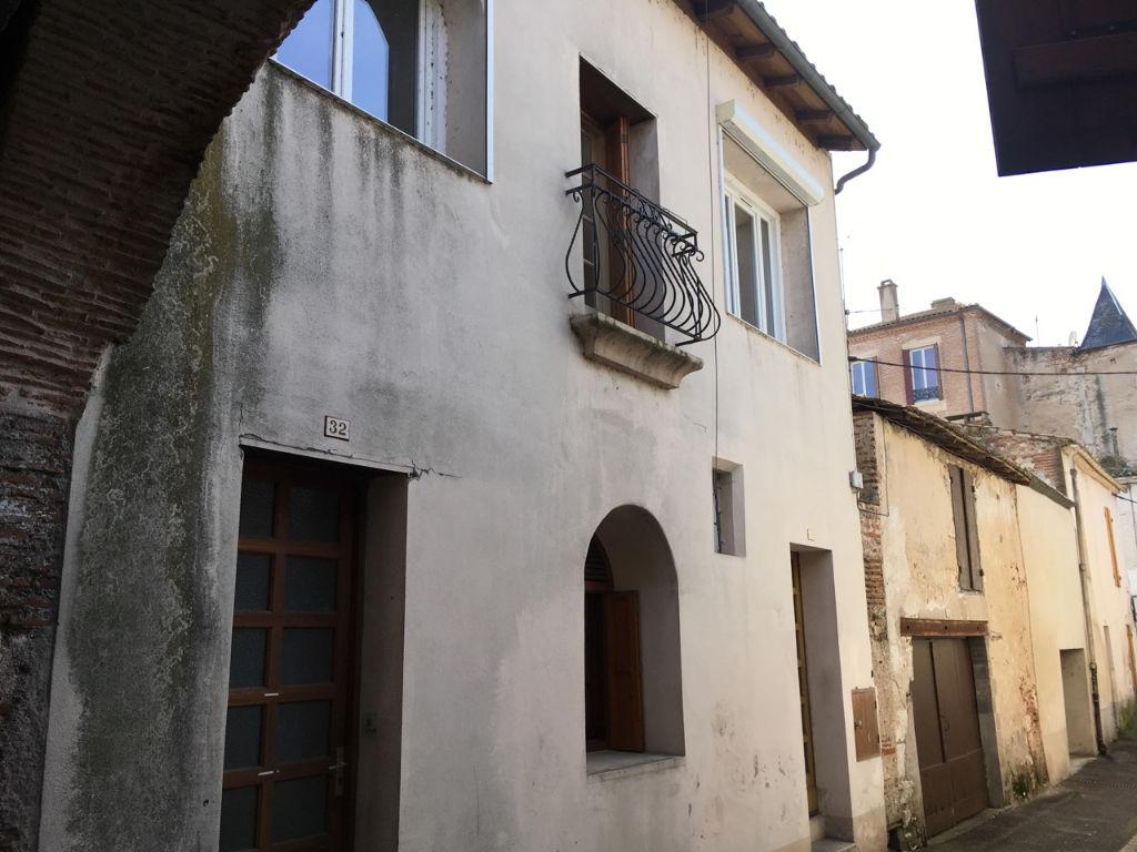 Castelmoron sur Lot, immeuble locatif de 97 m2 habitables comprenant 2 appartements. Loyers possibles après les travaux entre 350 et 400 € selon le niveau de finition après travaux.