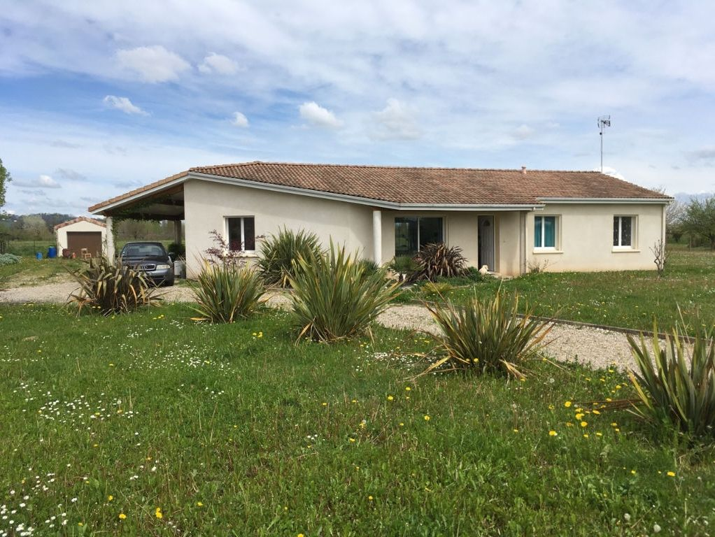 A 15 mn à l'ouest de Villeneuve sur Lot, en campagne, maison de plain pied de 2009 avec 4 chambres. La maison offre une surface habitable de 113,67 m2, avec un grand séjour d'environ 50,67 m2 comprenant une cuisine, 4 chambres dont 3 avec placards, un cel