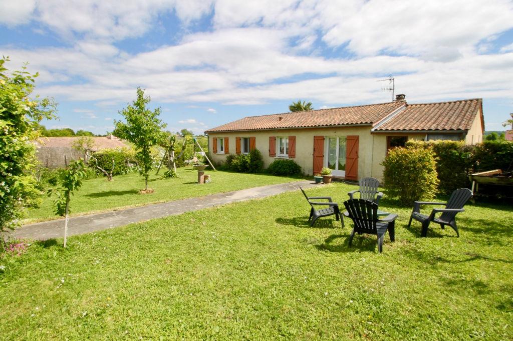 A Cancon, entre Villeneuve sur Lot et Bergerac, maison de plain pied d'environ 107m2 avec 4 chambres, jardin et garage, avec un excellent DPE (performance énergétique)  en B !!! Cette maison a été construite en 1991 et profite d'aménagements récents : - c