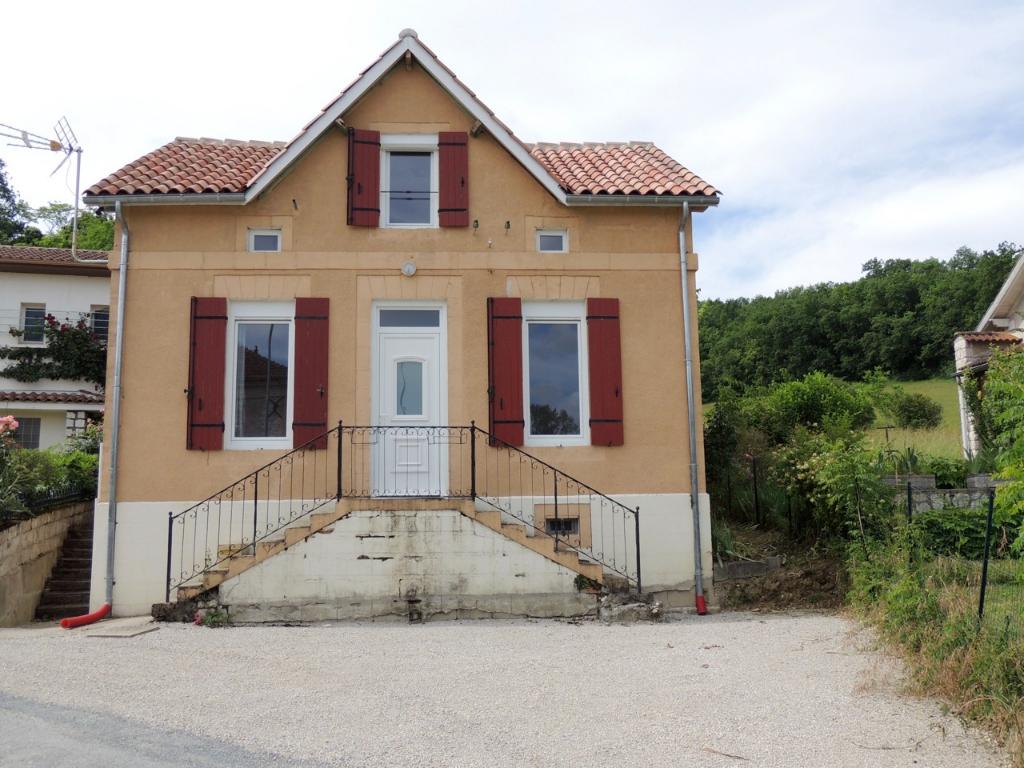 A 5 minutes de PENNE D'AGENAIS, dans le village de DAUSSE, maison entièrement rénové de type 3 d'environ 63,57 m2. Idéal jeune couple ou jeune entrant dans la vie active.  Cette maison comprend en Rez-de-chaussée : une pièce de vie avec son coin cuisine é