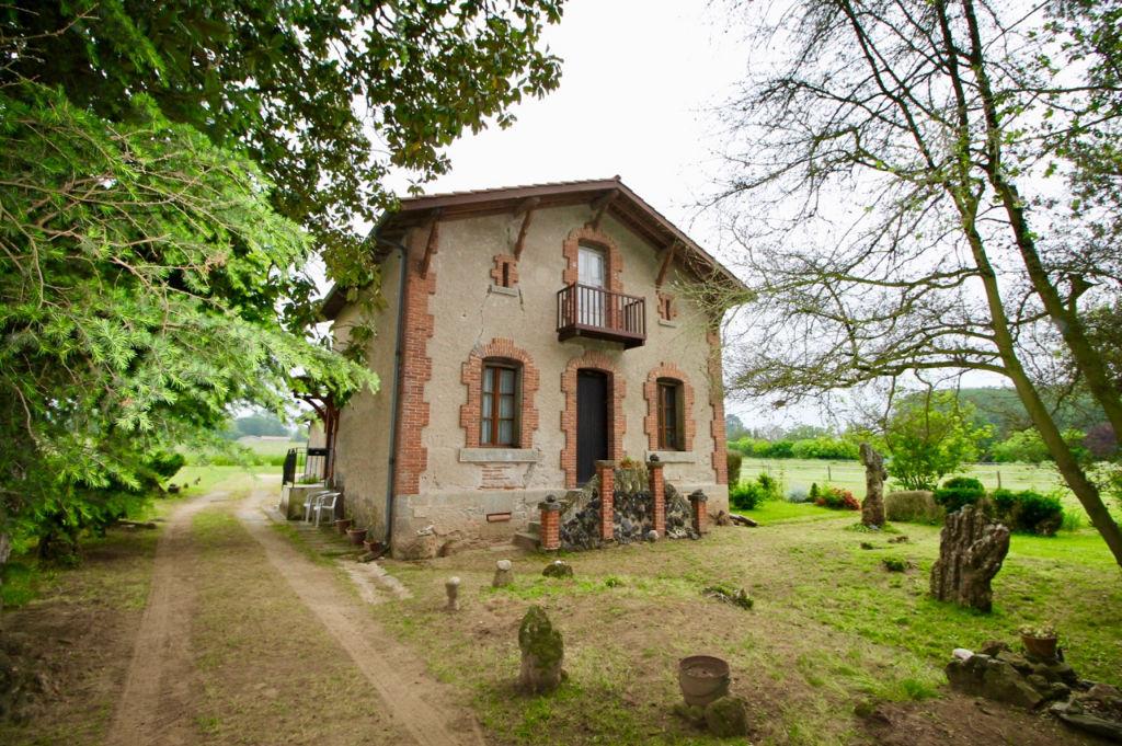 A Villeneuve sur Lot, maison en pierres et briques d'environ 82 m2 habitable + partie grange  attenante transformable en habitation d'environ 86 m2. On aime particulièrement : - son grand terrain d'environ 9500 m2 - le terrain plat et la qualité d'un sol