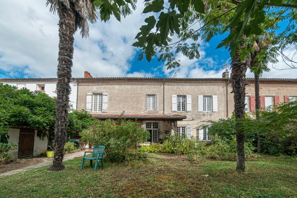Maison Villeneuve Sur Lot 9 pièce(s) avec une surface habitable de 295 m2 : Vous succomberez au charme de cette vieille bâtisse avec 2 salons en rez-de-chaussée, une cuisine de 34m2 donnant sur un superbe jardin de 1173m2 arboré de palmiers avec un puits