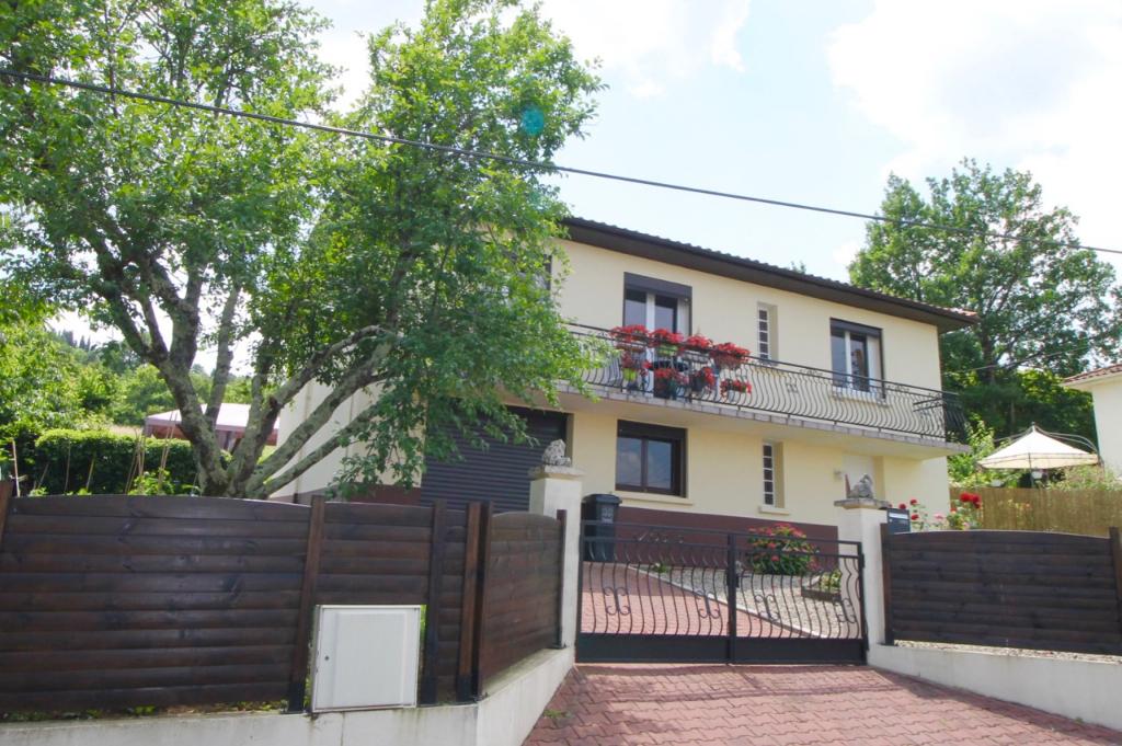 Dans un quartier résidentiel sur la commune de Pujols, maison d'environ 114m2 entièrement rénovée comprenant 4 chambres.