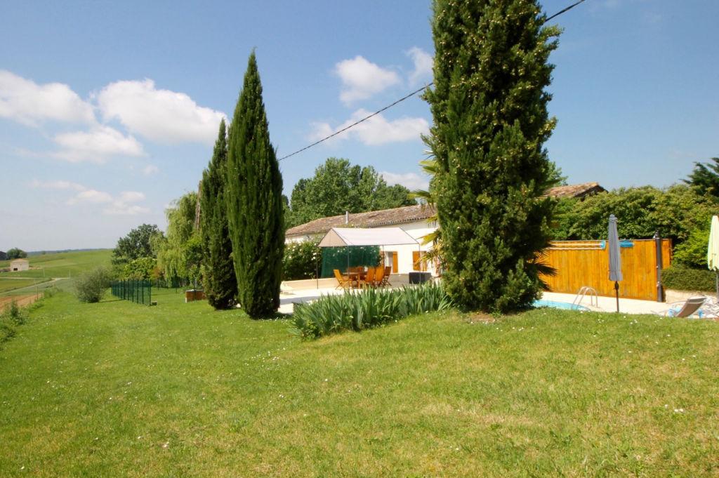 En campagne, proche de Castelmoron sur Lot, maison en pierres de plain pied d'environ 199 m2 habitables.  Cette maison se compose d'une entrée desservant une grande cuisine lumineuse d'environ 34 m2, équipée d'un poêle à bois, donnant sur une pièce de vie