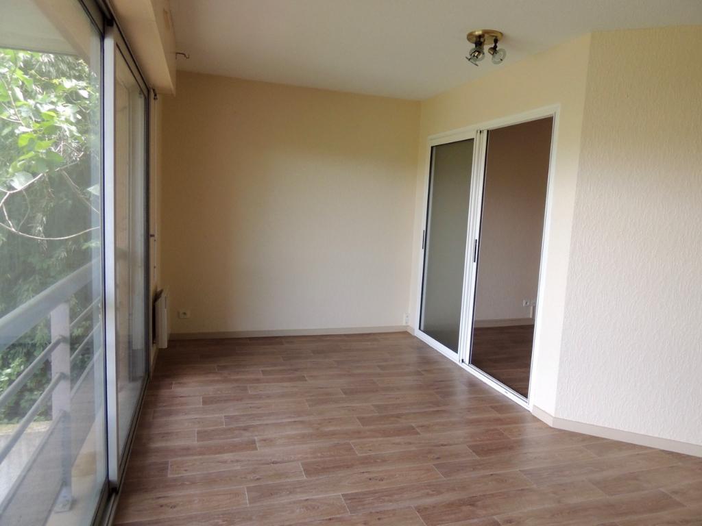 VILLENEUVE SUR LOT, dans une copropriété sécurisée, appartement de type 2 d'environ  51,23 m2  avec vue sur le LOT.  Agréable appartement comprenant : une entrée avec placards, une pièce de vie avec coin cuisine, une chambre, une salle de bains et un WC i