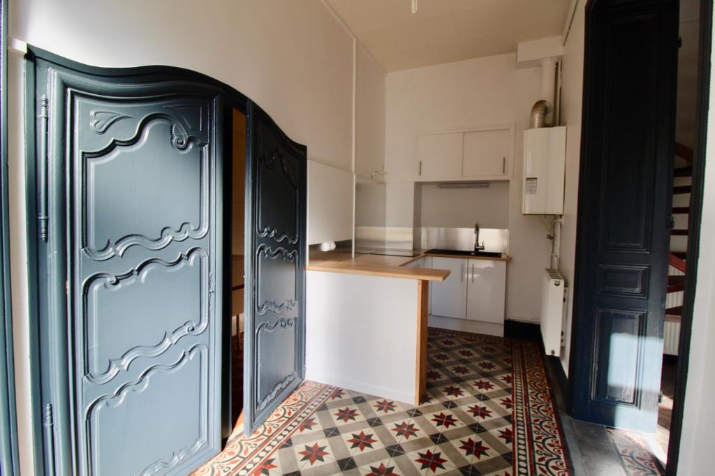 Villeneuve-Sur-Lot, proche de toutes commodités (pharmacie, école, médecins....) Appartement de type T2 sur 2 niveaux d'environ 57,31 m2 comprenant 1 chambre spacieuse, une salle d'eau, de nombreux rangements.   Petit plus: agréable jardin clôturé.  Doubl