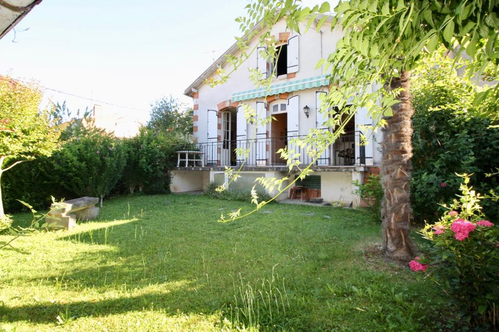 Située en centre ville de Villeneuve sur Lot, maison des années 30, d'une surface habitables d'environ 135m2  comprenant 3 chambres, avec un jardin de 279 m2 arboré  sans vis à vis