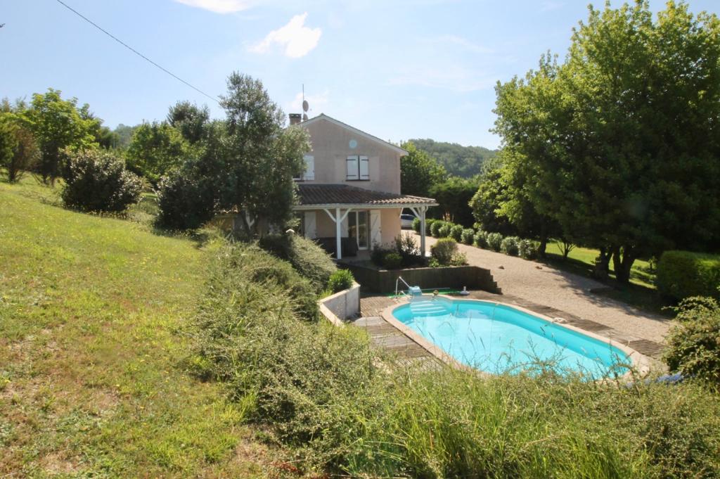 Située au nord ouest de VILLENEUVE SUR LOT, maison de qualité d'environ 134m2, avec vue exceptionnelle, piscine chauffée, 3 chambres.