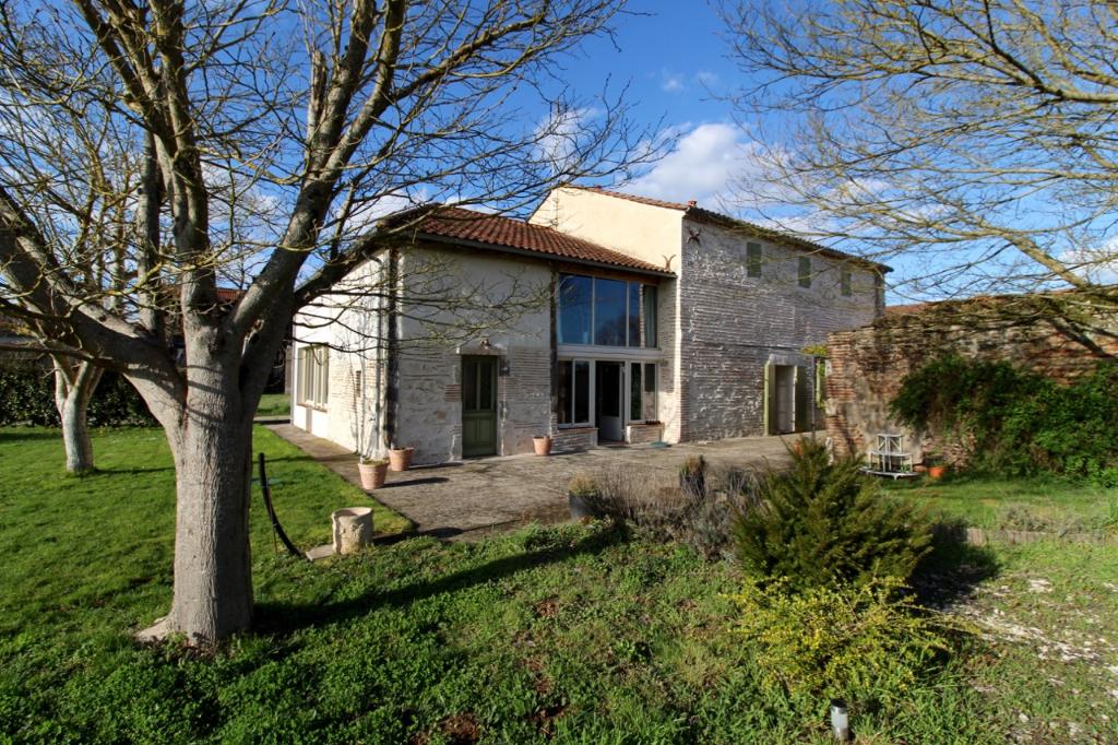 A Clairac, à 30 minutes à l'ouest de Villeneuve sur Lot, maison en pierres de 188,93 m2 de plain-pied entièrement rénovée en 2005. Du caractère, de la lumière, de la tranquillité sont les atouts de cette maison en plus du fait qu'elle est très bien organi