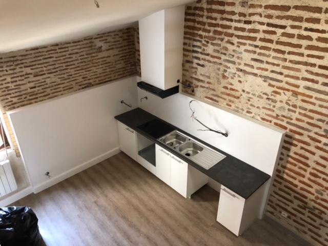 VILLENEUVE SUR LOT, rive gauche  dans un immeuble au calme, appartement en duplex de type 4 d'environ 127 m2.   Appartement comprenant : une cuisine équipée, un salon séjour, trois chambres, une salle d'eau et un WC.   Chauffage électrique, double vitrag