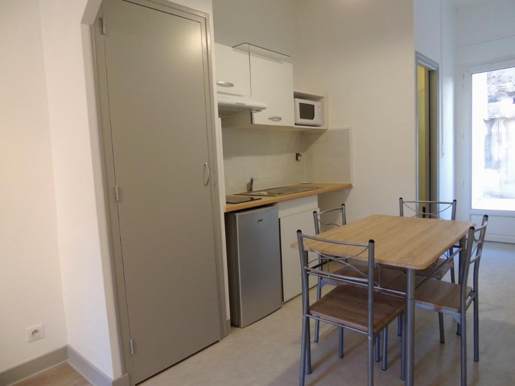 VILLENEUVE SUR LOT, à deux pas de l'IFSI, studio d'envion 23,07 m 2 entièrement meublé avec terrasse.  Vous apprécierez la rénovation de ce studio, faite avec goût, comprenant une pièce de vie avec canapé lit et  buffet, cuisine équipée avec plaque induct