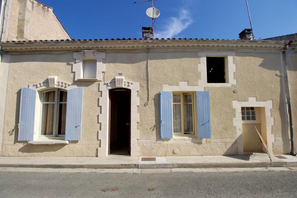 Situé sur la commune de Sainte Livrade, maison de ville d'une surface habitable de 78m2  avec jardin arboré et clôt de 435m2.