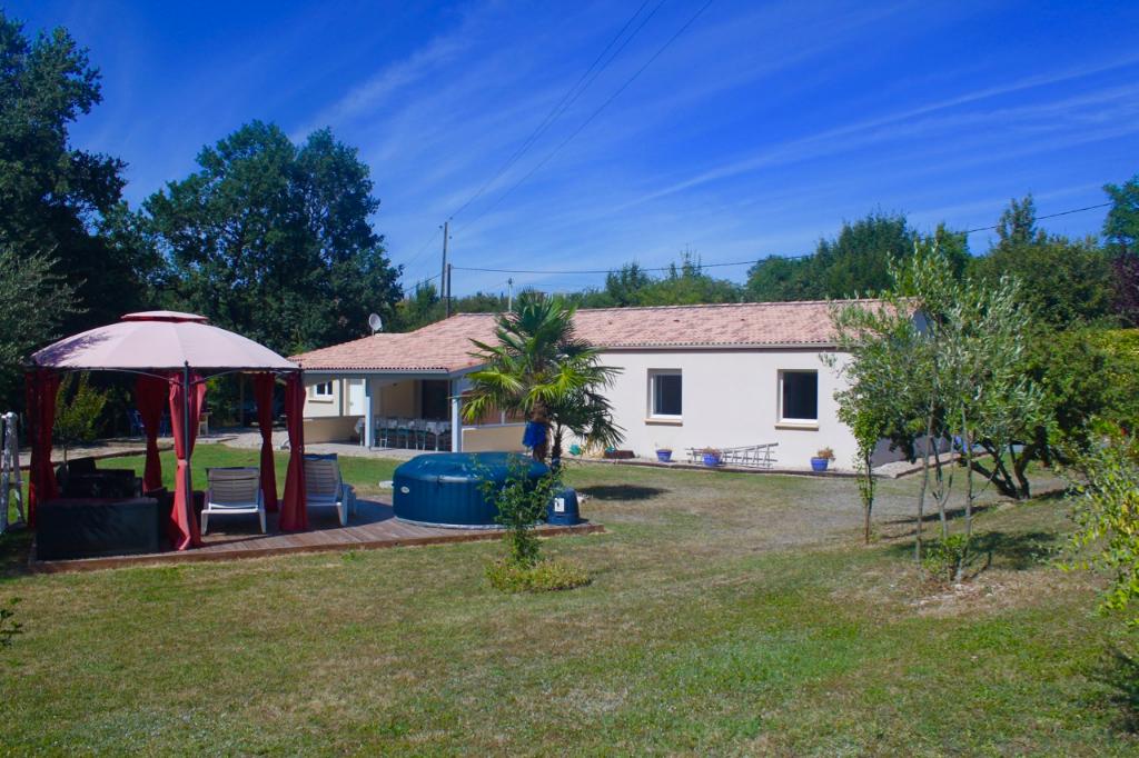 A 20 mn de Villeneuve sur Lot, sur les hauteurs proche de Castelmoron sur Lot, maison de plain pied de 2006 de 115 m2 habitables en excellent état avec un emplacement agréable à la sortie du village. Vous apprécierez : - sa vue dégagée sur la campagne, -