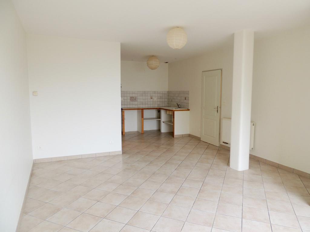 A 20 mn de Villeneuve sur Lot, secteur Castelmoron sur Lot, sur les hauteurs, appartement de plain pied d'environ 57,88 m2  en excellent état à louer comprenant séjour, chambre, cellier salle de bains et WC.