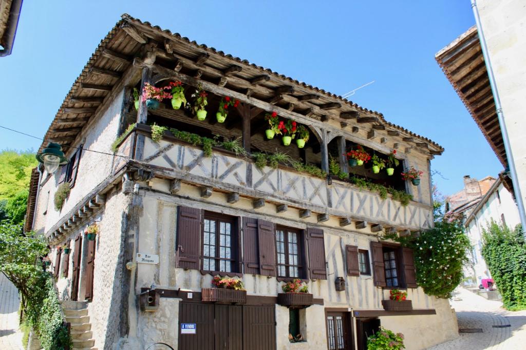 Cancon, à 20 minutes de Villeneuve sur Lot et à 30 mn de Bergerac, maison du XVIème siècle à colombages, de 200 m2 habitables avec jardin, dans le village. La maison peut être une seule grande maison ou une maison principale de 137,93 m2 et un appartement