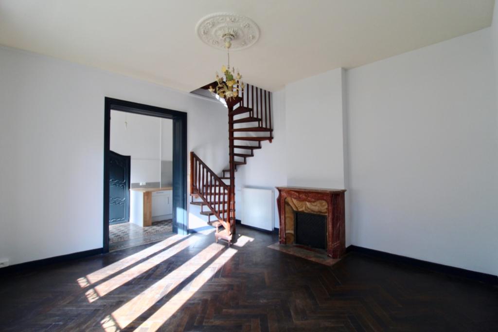VILLENEUVE SUR LOT, à 5 minutes à pieds du centre ville, immeuble de 455 m2 comprenant 8 appartements et 5 garages.  Appartement 1 : appartement de type F5 d'environ  110 m2 comprenant  : un salon séjour, une cuisine indépendante, une salle de bains, un W